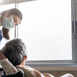 Zgony osób starszych po szczepieniu przeciw COVID-19. Norwescy lekarze...